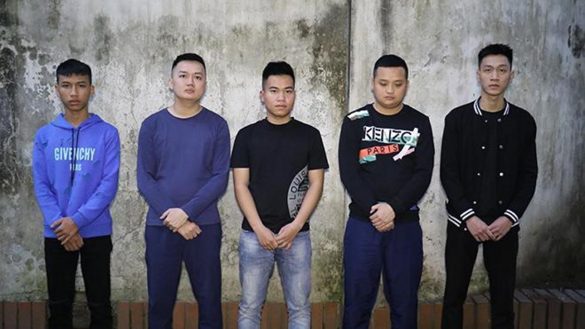 Nhóm thanh niên tại cơ quan công an.