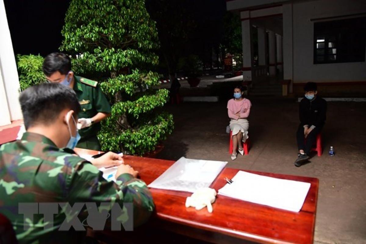 Lực lượng chức năng làm việc với các đối tượng bị bắt giữ khi nhập cảnh trái phép vào Việt Nam. Ảnh minh họa.