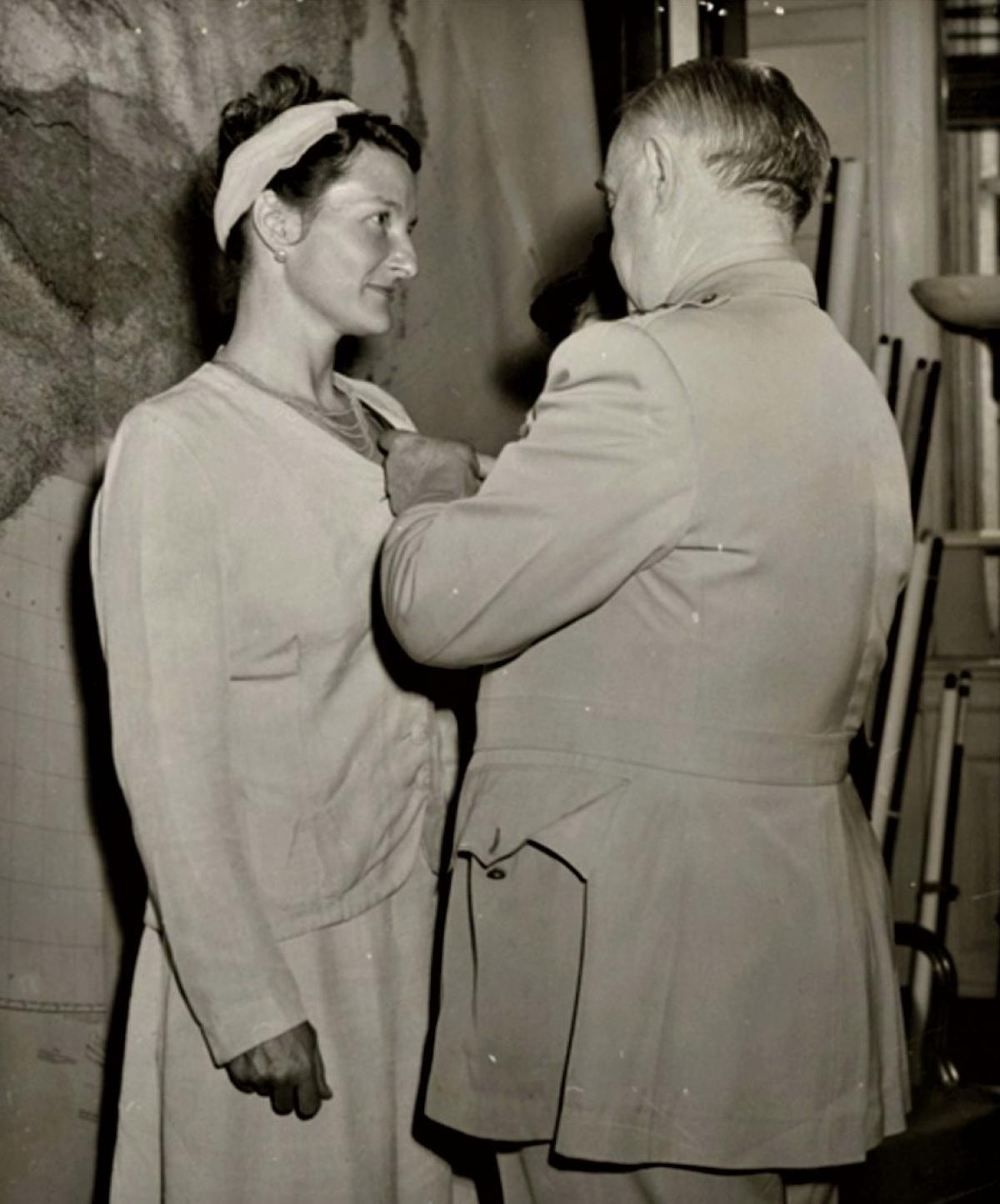 Virginia Hall - điệp viên nguy hiểm nhất của Đồng minh trong Thế chiến II - được người đứng đầu OSS gắn Huân chương chữ Thập; Nguồn: history.com