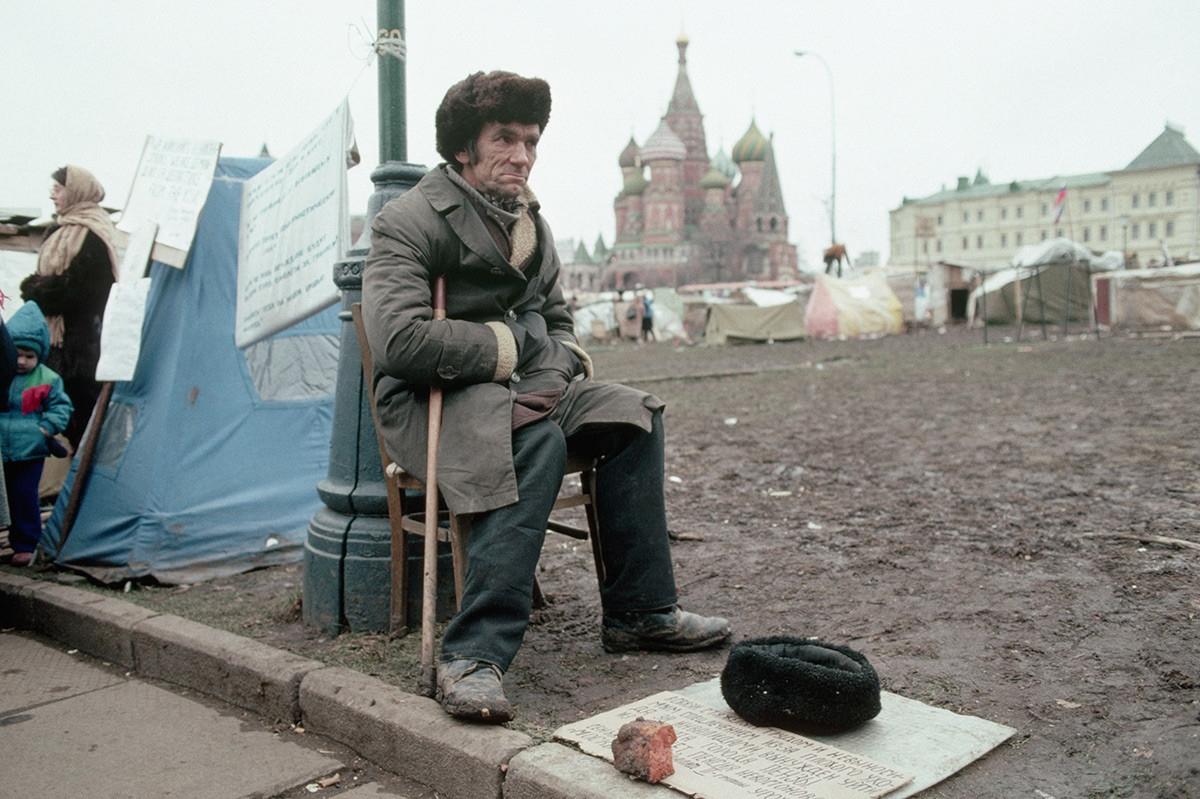 Một người vô gia cư ngồi bên chiếc lều tạm gần Quảng trường Đỏ.