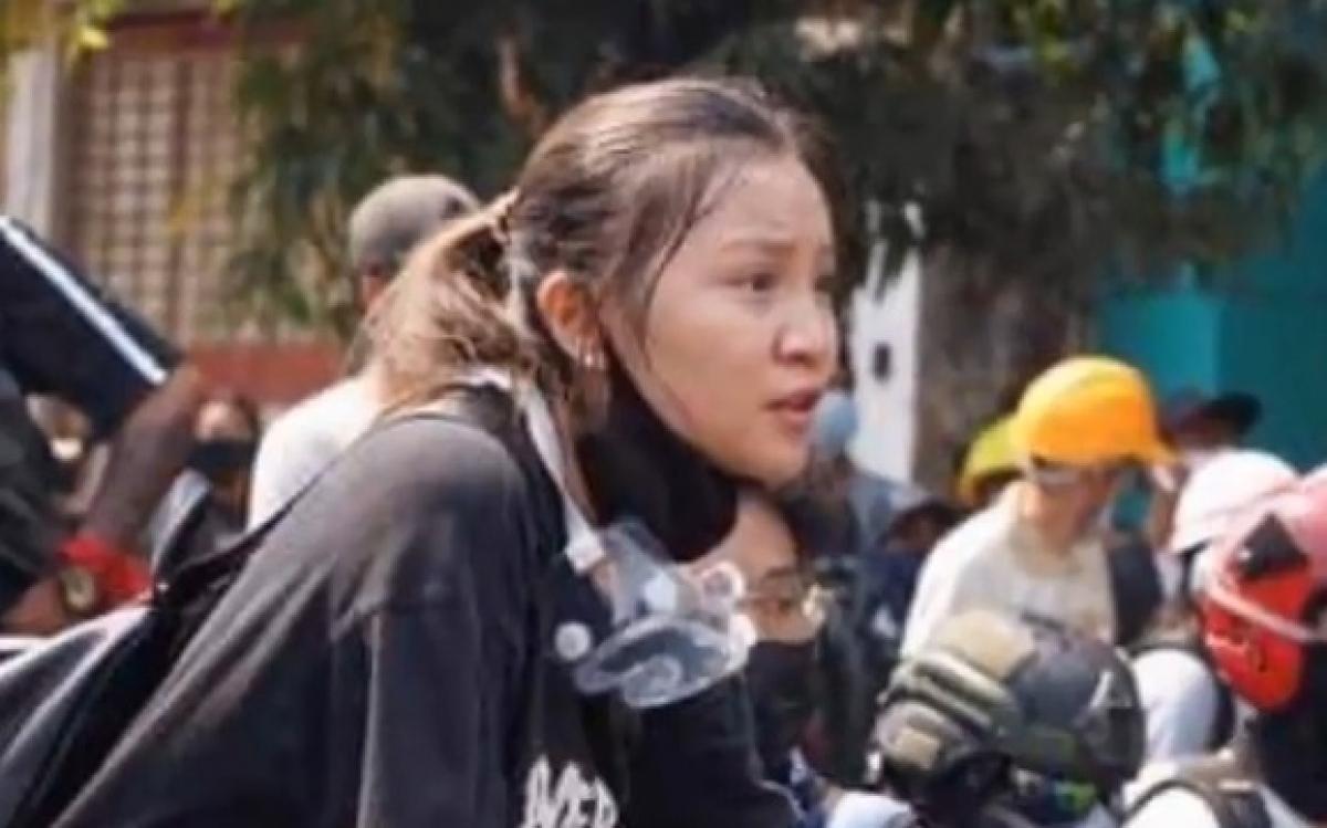 Nữ sinh Kyal Sin mặc áo phông tham gia biểu tình vào ngày 3/3 định mệnh. Ảnh: MK News Studio.