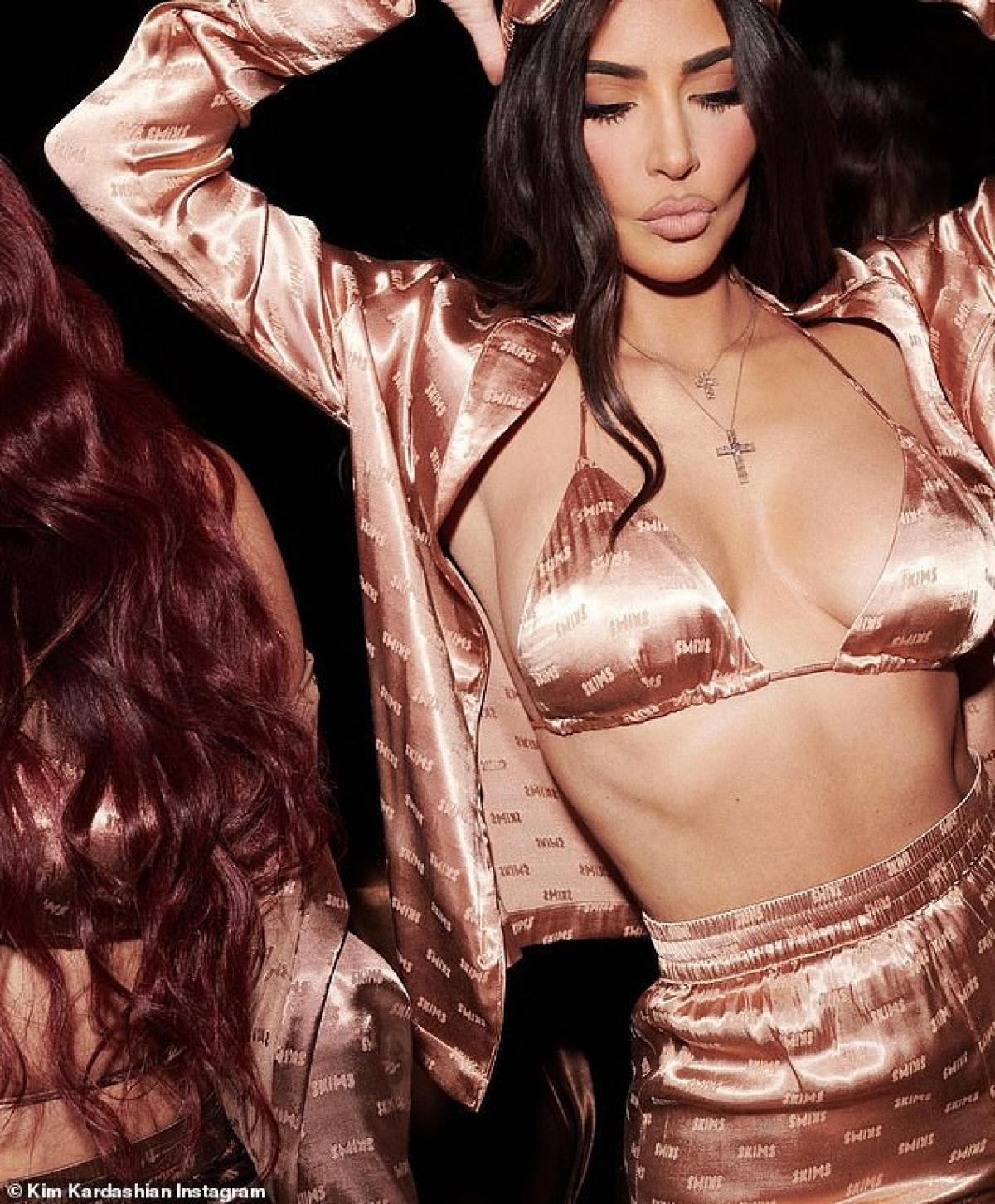 Sau quyết định ly hônKanye West,Kim Kardashian dường như tập trung nhiều hơn cho việc kinh doanh và kiếm tiền. Cô cũng thừa nhận thời gian qua bản thân có nhiều thời gian bên gia đình và người thân hơn.