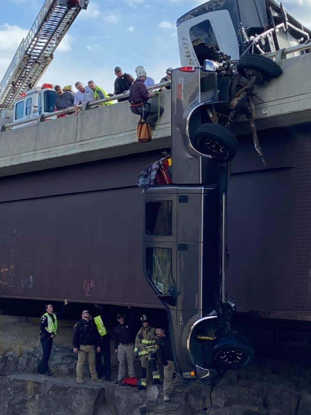 Hình ảnh đội giải cứu chủ xe.