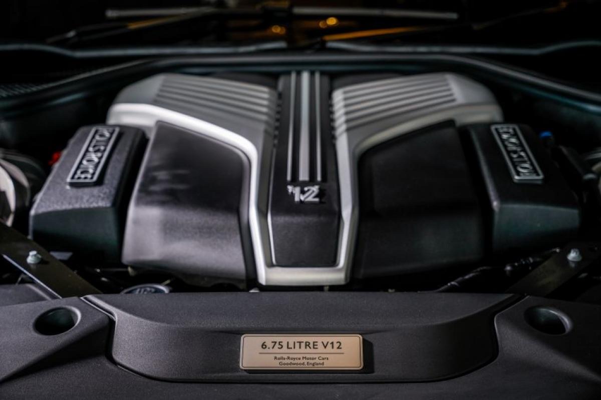 Cả hai phiên bản đều được trang bị động cơ twin-turbo V12 6.75 L sản sinh công suất 563 mã lực và mô-men xoắn 850 Nm. Động cơ được kết hợp với hộp số tự động 8 cấp ZF và dẫn động bốn bánh là tiêu chuẩn, cho phép xe tăng tốc từ 0-100 km/h trong 4,8 giây.