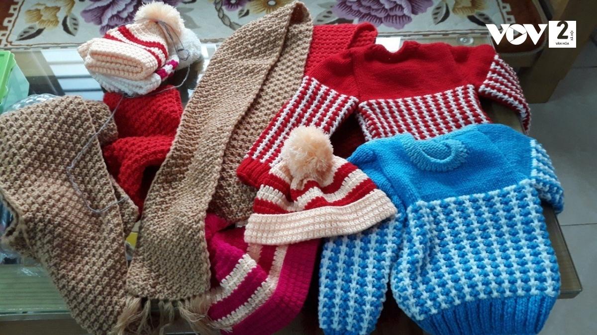 Tổ đan len gửi gắm tình cảm, tấm lòng tới những người có hoàn cảnh khó khăn qua từng chiếc mũ, áo