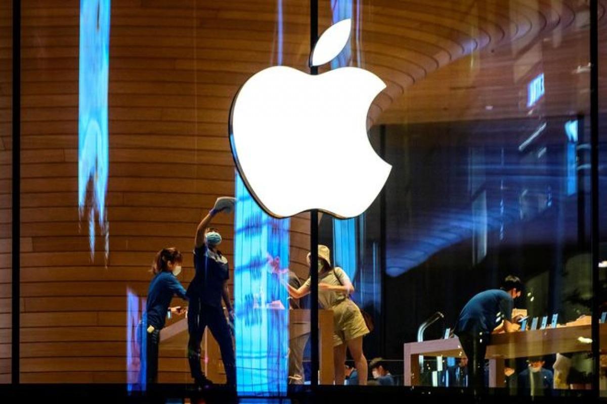 Apple lại có xích mích với nhân viên cũ. (Ảnh: AFP)