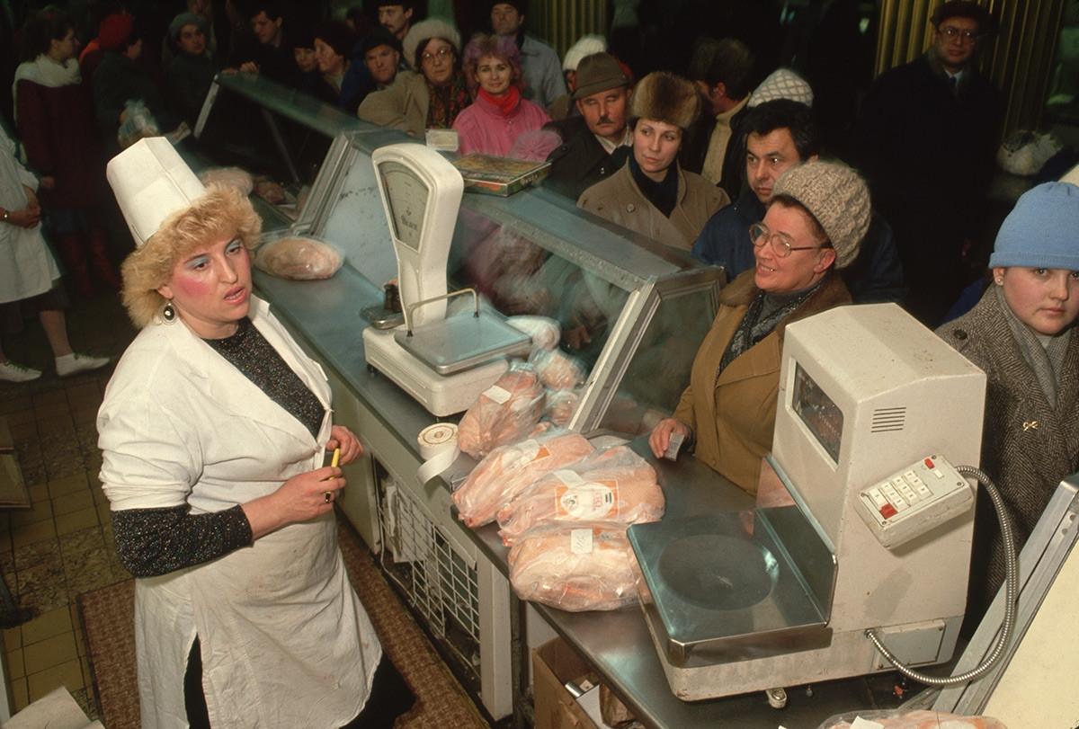 Chợ thực phẩm ở Moscow. Liên Xô những năm tháng cuối thường xuyên bị khan hiếm hàng hóa, trong đó có thực phẩm.