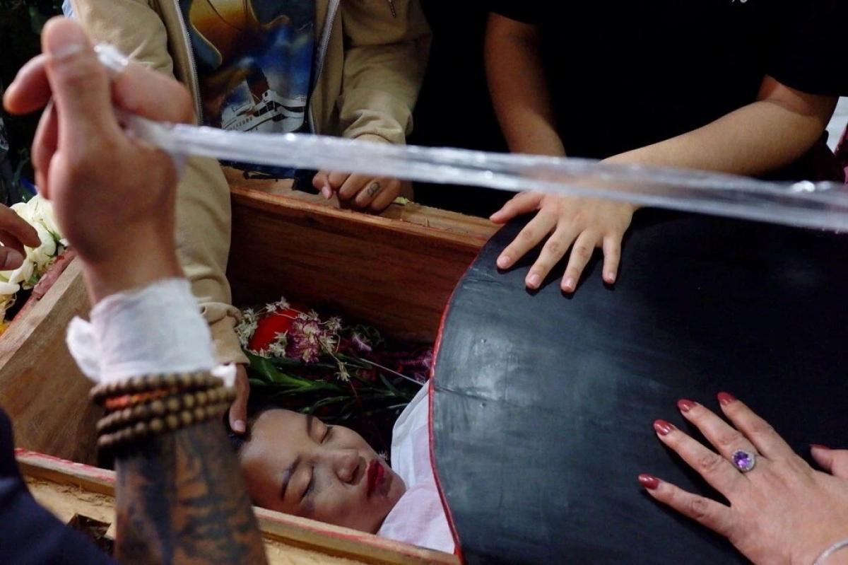 Sau khi trúng đạn vào vùng đầu khi tham gia biểu tình, cô Kyal Sin đã tử vong. Trong ảnh là thi hài cô Kyal Sin bên trong quan tài. Ảnh: Reuters.