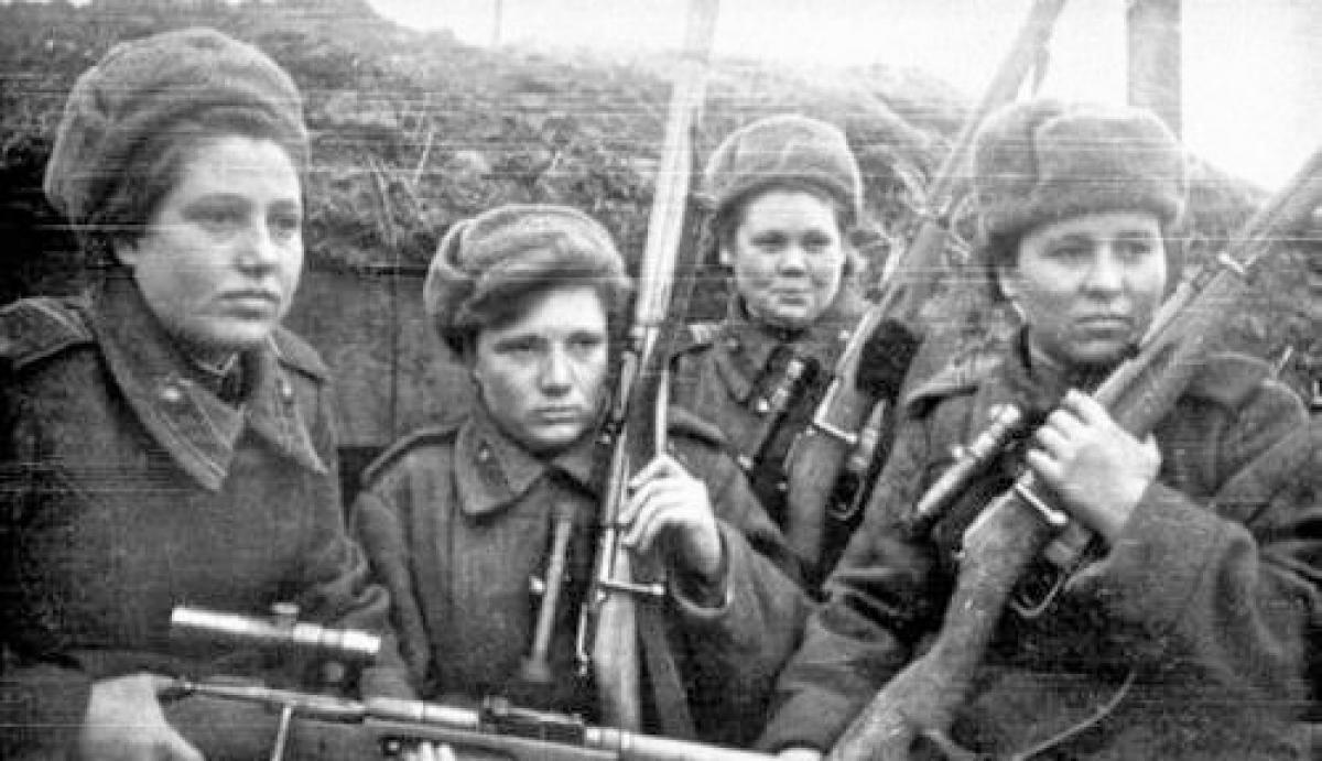 Cho đến 1944, các nữ chiến sĩ Hồng quân sử dụng quân phục và quân trang của nam quân nhân; Nguồn: topnewsrussia.ru