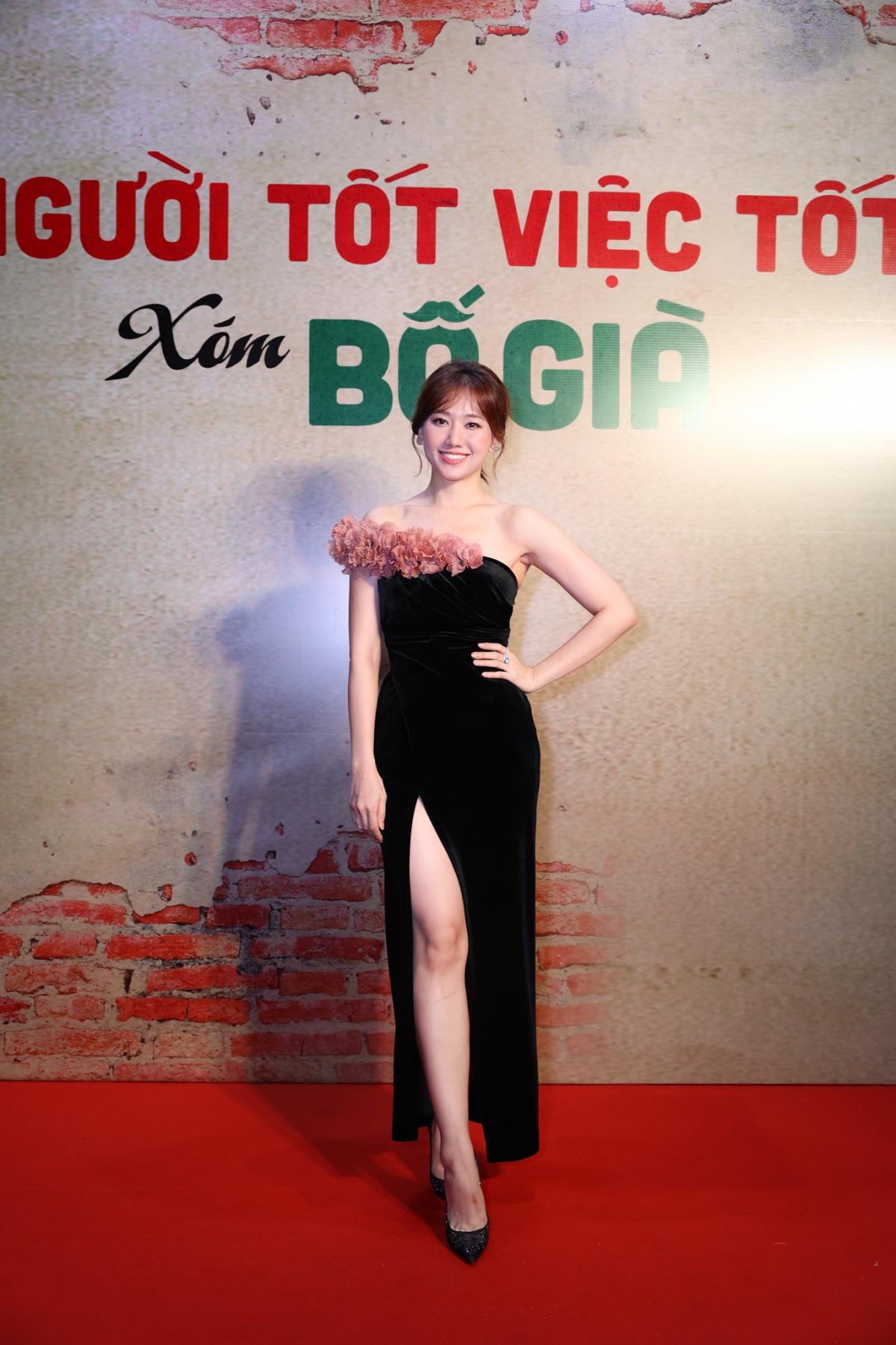 Hari Won diện váy đen bó sát khoe thân hình thanh mảnh.