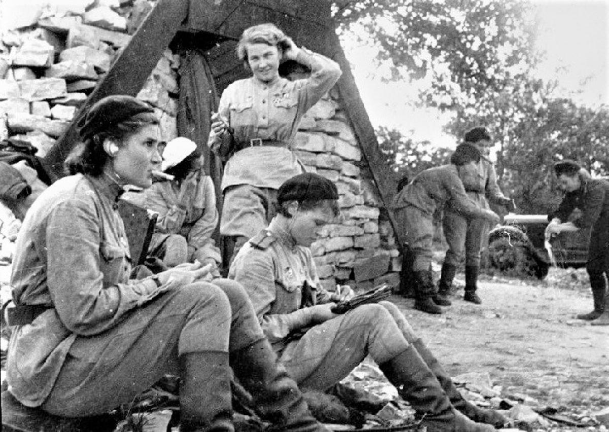 """Chiến tranh đã thất bại trong việc phá hủy tính """"nữ tính"""" của các nữ quân nhân Hồng quân; Nguồn: R7"""