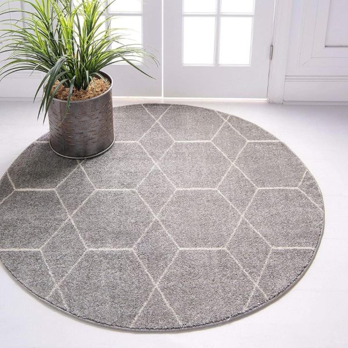 Thảm tròn màu xám nhạt hoạ tiết hình học với tông màu trung tính phù hợp với nhiều kiểu trang trí.