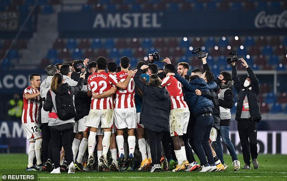 Các cầu thủ Bilbao ăn mừng khi giành quyền vào chơi chung kết Cúp Nhà vua Tây Ban Nha 2020/2021. (Ảnh: Reuters).