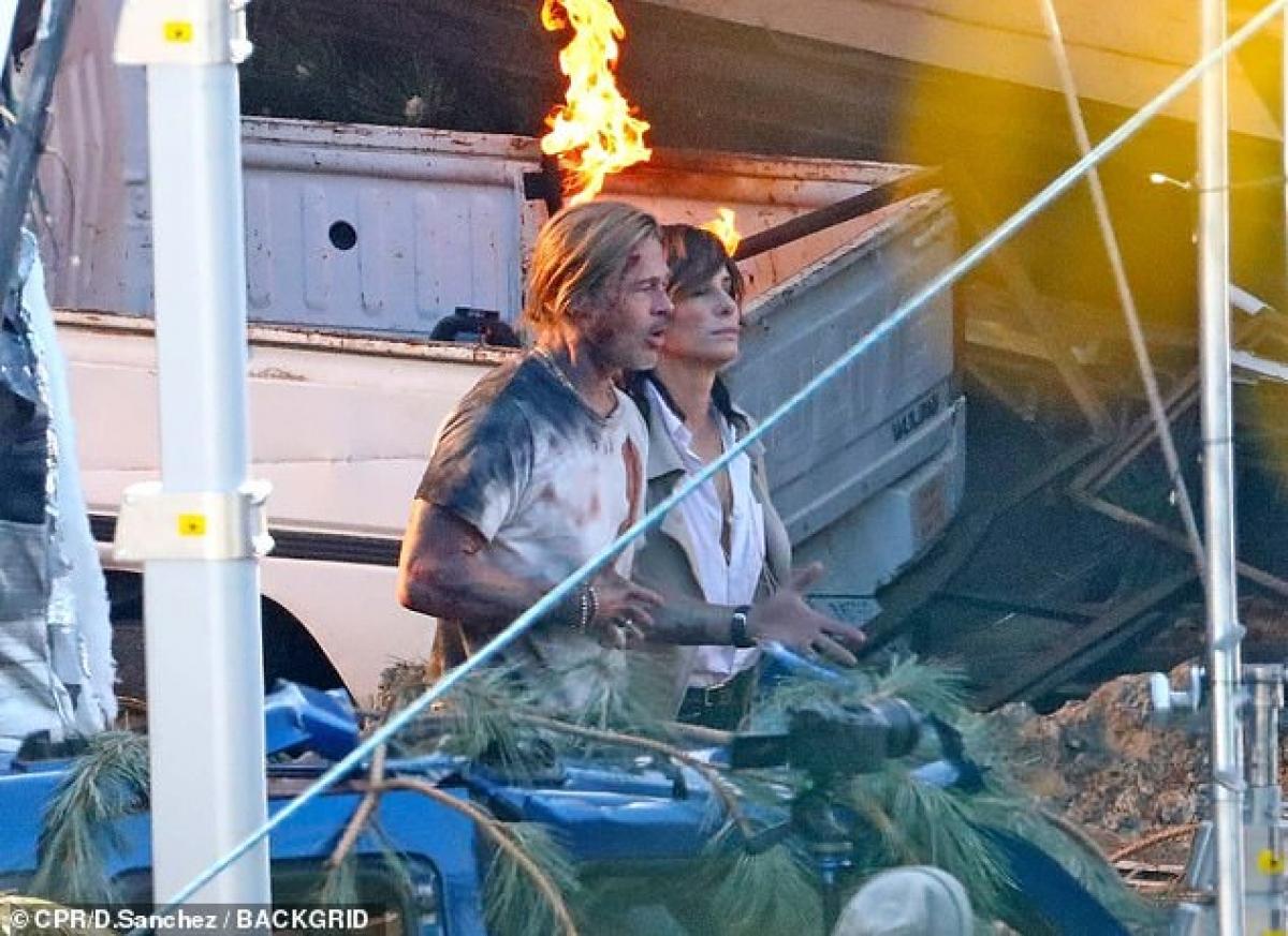 Sandra Bullock cũng xuất hiện trong buổi quay phim. Cô không tham gia vào cảnh va chạm nên trang phục chỉnh tề hơn, với áo sơ mi trắng, quần ống rộng, giày da và áo khoác màu be.