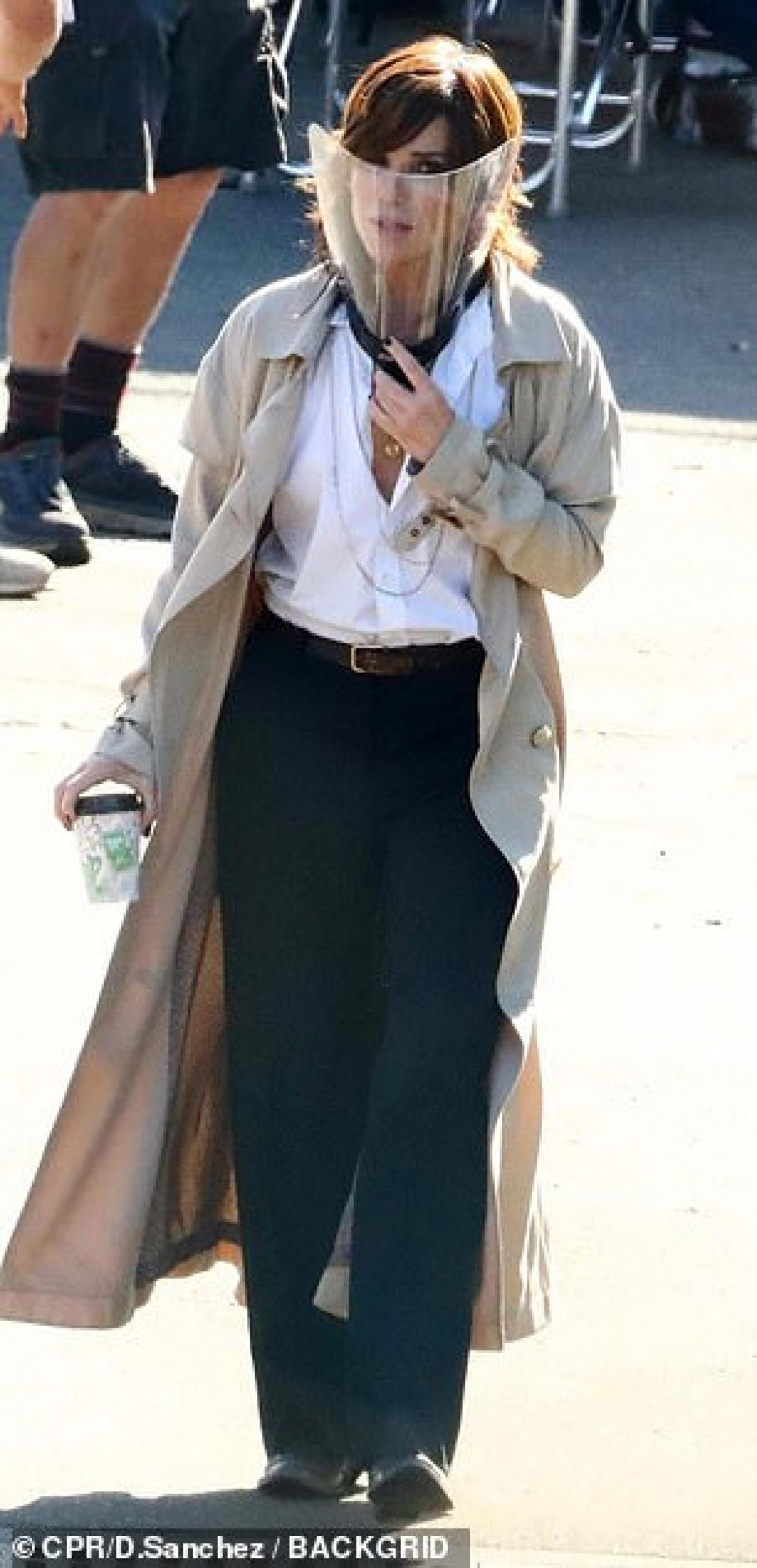 """Ngoài những lúc ghi hình, cả Brad Pitt và Sandra Bullock đều đeo mặt nạ để phòng chống dịch bệnh. Bộ phim """"Bullet Train"""" dự kiến có sự góp mặt của các ngôi sao Aaron Taylor-Johnson, Michael Shannon, Bad Bunny, Brian Tyree Henry và cả Lady Gaga./."""