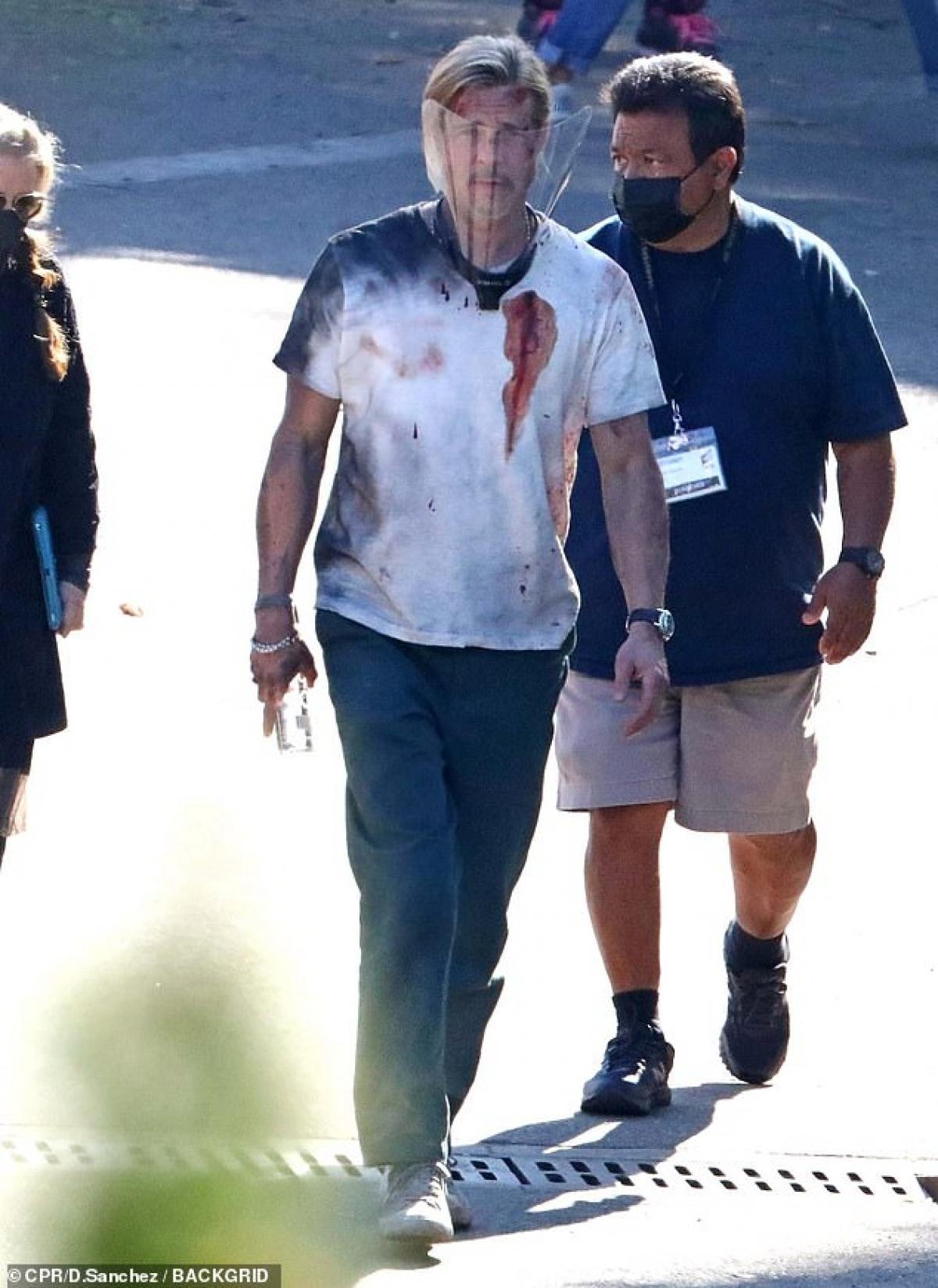 """Mới đây, Brad Pitt xuất hiện với những vết bầm tím, trang phục tả tơi đầy máu tại phim trường. Rất may đây chỉ là sản phẩm của chuyên gia hóa trang, nhằm phục vụ cho cảnh quay một vụ va chạm trong phim """"Bullet Train""""."""