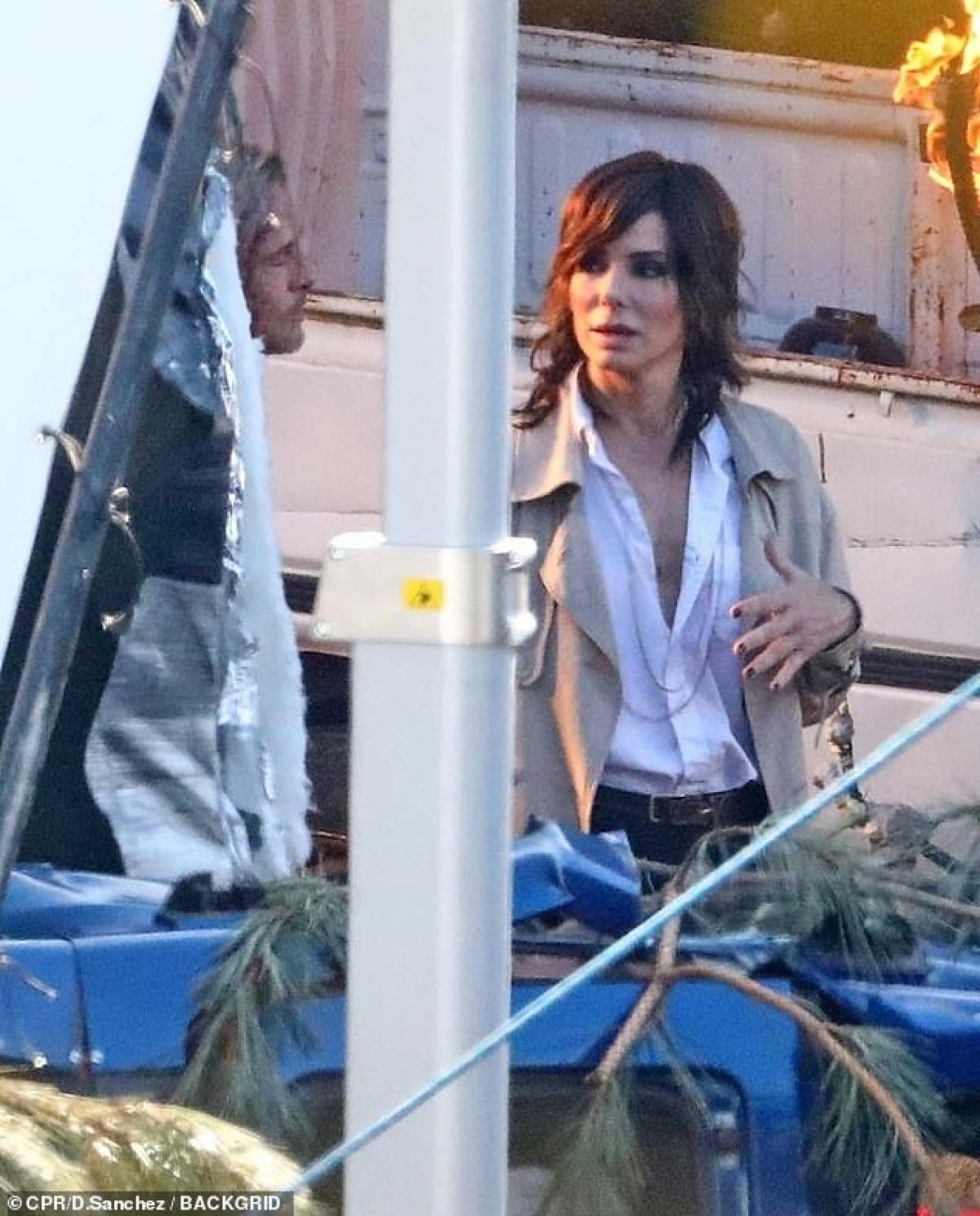 Chưa rõ vai trò của Bullock trong bộ phim này, tuy nhiên dựa vào trang phục công sở có thể đoán cô vào vai một đặc vụ chính phủ. Đây là lần đầu tiên Brad Pitt và Sandra Bullock tham gia một bộ phim cùng nhau.