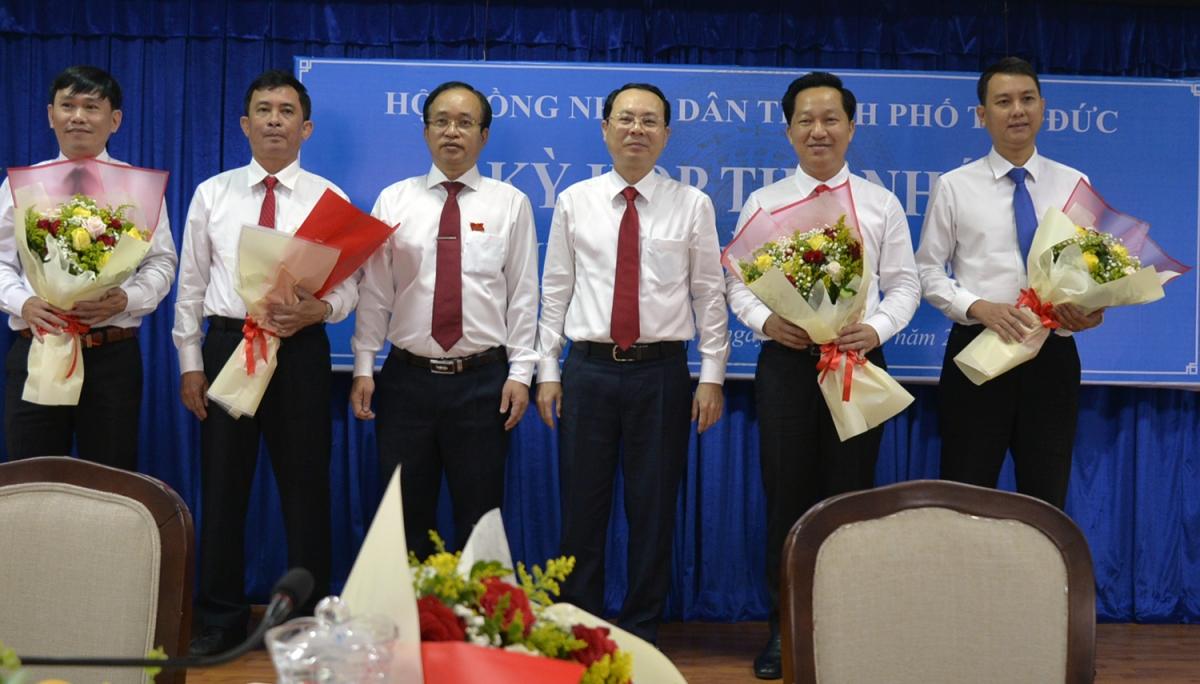 Bí thư Thành uỷ Thủ Đức Nguyễn Văn Hiếu, Chủ tịch HĐND TP Nguyễn Phước Hưng - thứ 3, thứ 4 từ phải sang và các lãnh đạo UBND TP Thủ Đức.