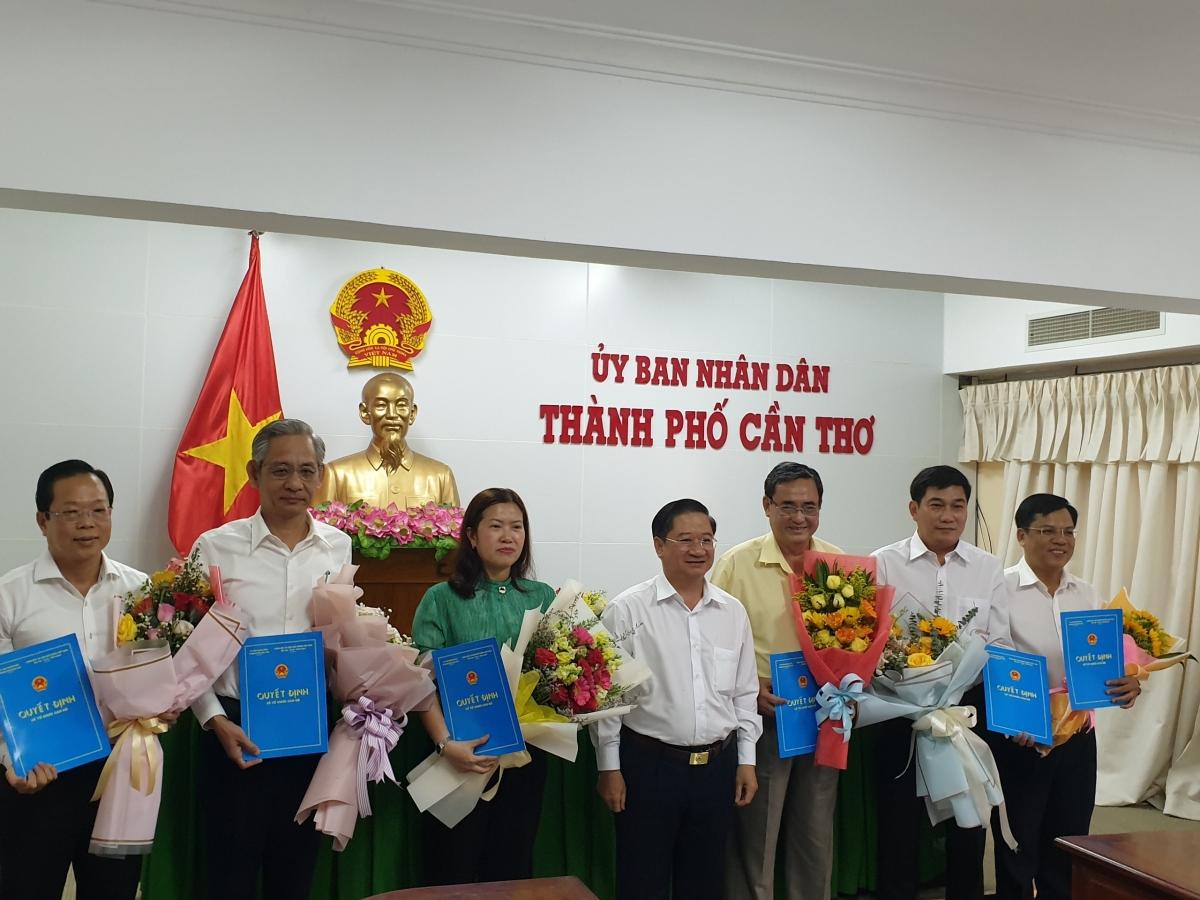 Chủ tịch UBND thành phố Cần Thơ Trần Việt Trường trao quyết định cho các cán bộ được điều động, bổ nhiệm.