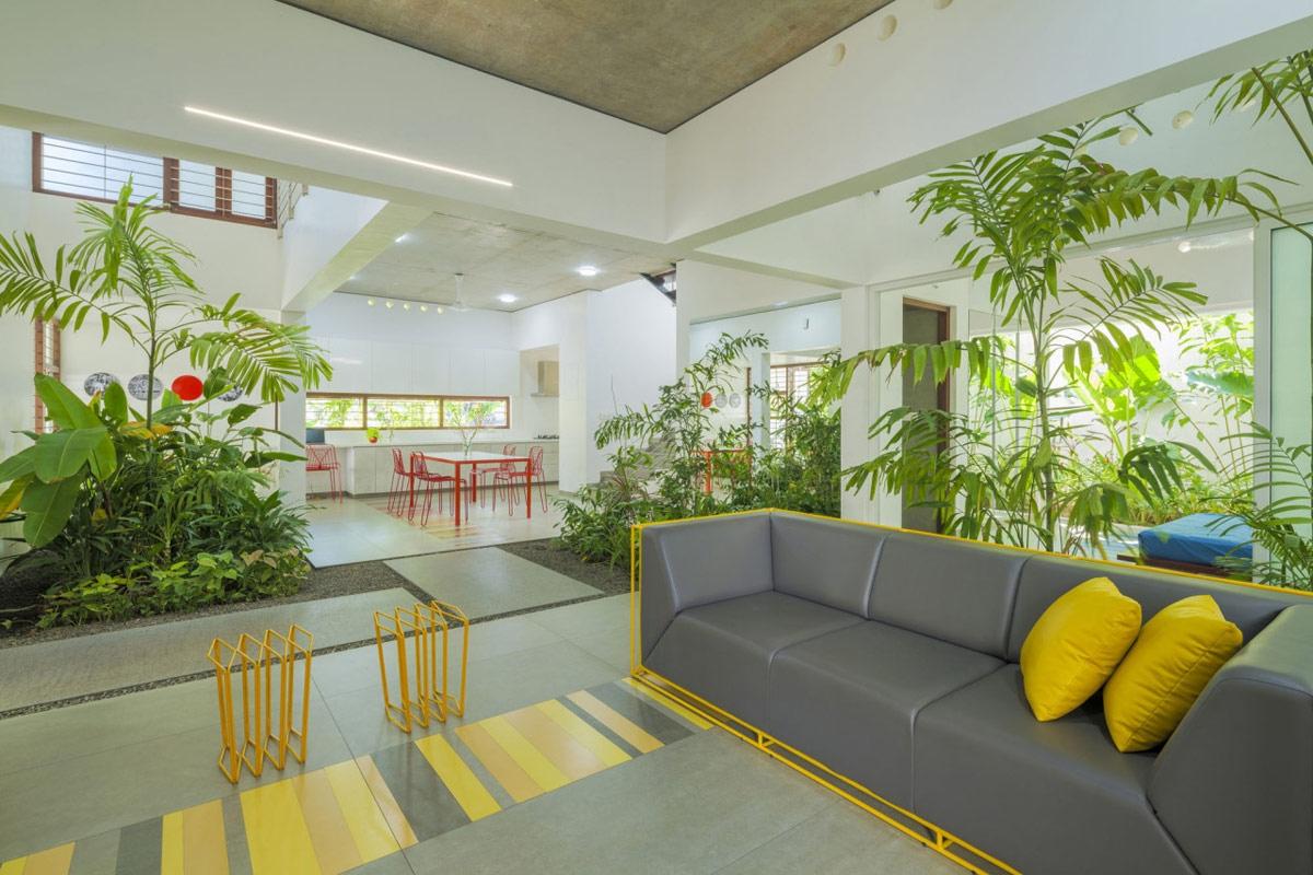Gạch lát sàn với hoa văn kẻ sọc được đổi sang tông màu phù hợp với bộ bàn ăn hiện đại