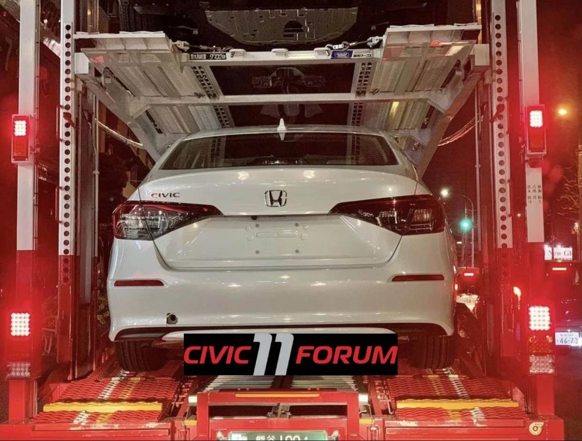 Những chi tiết gợi nhớ đến mẫu Accord hiện tại có thể quan sát thấy ở hai bên thân xe, khu vực cửa sổ dưới gần cột C. Giống với FC, mẫu Civc mới cũng có đường mái dốc, dẫn tới cánh lướt gió trên nắp cốp sau.