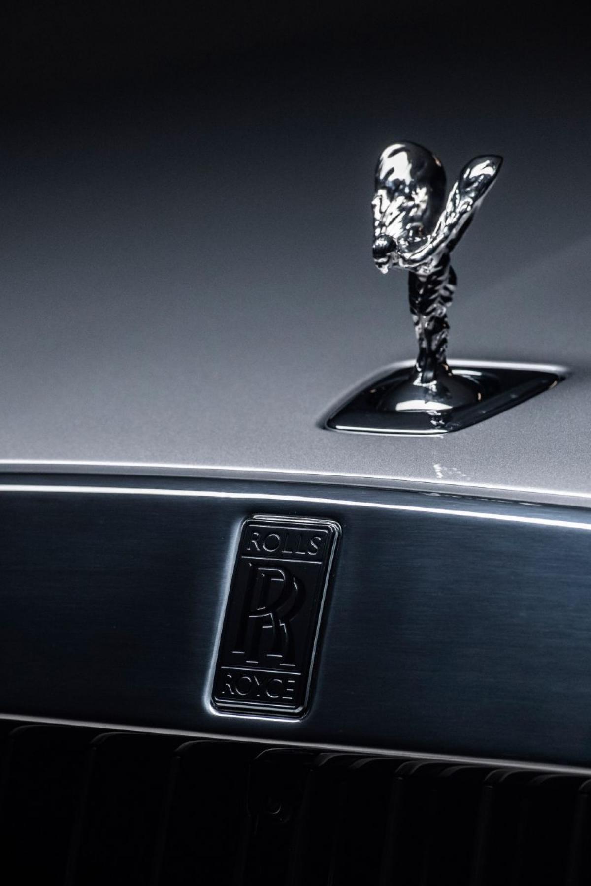 """Với cách tiếp cận mới trong thiết kế, chiếc Ghost mới tuân theo triết lý """"Post Opility"""" của thương hiệu, vừa tối giản mà vẫn mang nét đặc trưng của Rolls-Royce. Thoạt nhìn có vẻ quen thuộc khi mà chỉ có biểu tượng Spirit of Ecstasy phổ biến ở khắp mọi nơi và ô che cửa được nâng lên so với phiên bản trước đó."""