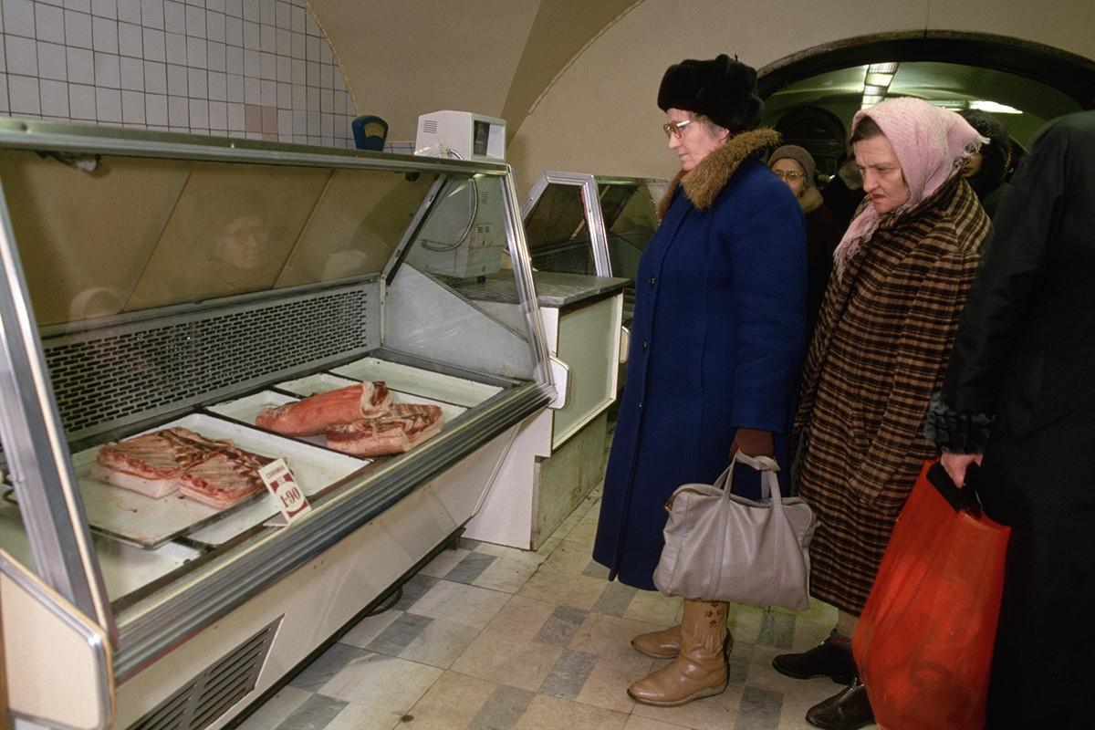 Những người mua hàng tại một cửa hàng thịt.