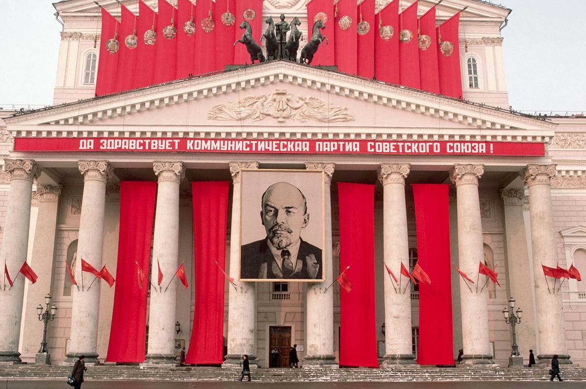 """Chân dung Lenin trên Nhà hát Bolshoi. Dòng chữ tiếng Nga ở đây có nghĩa như sau: """"Đảng Cộng sản Liên Xô muôn năm!""""."""