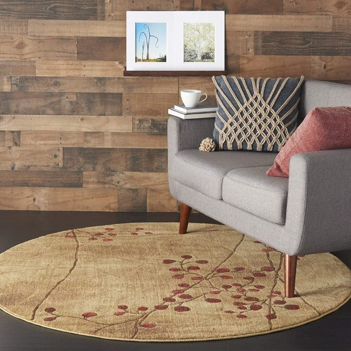 Tấm thảm màu nâu nhạt điểm hoạ tiết hoa tinh tế thích hợp với chủ nhân yêu mến sự nhẹ nhàng, cổ điển.