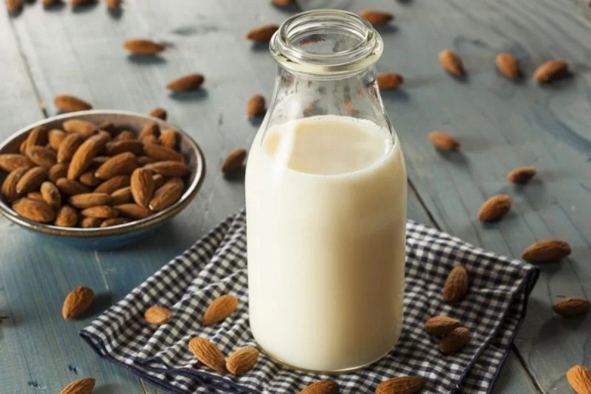 Sữa hạnh nhân không đường: Sữa hạnh nhân đặc biệt có lợi cho những người mắc chứng không dung nạp lactose hoặc những người đang theo chế độ ăn thực vật. Sữa hạnh nhân cung cấp vitamin D và canxi, các chất quan trọng đối với sức khỏe xương và răng của người ở độ tuổi trung niên.