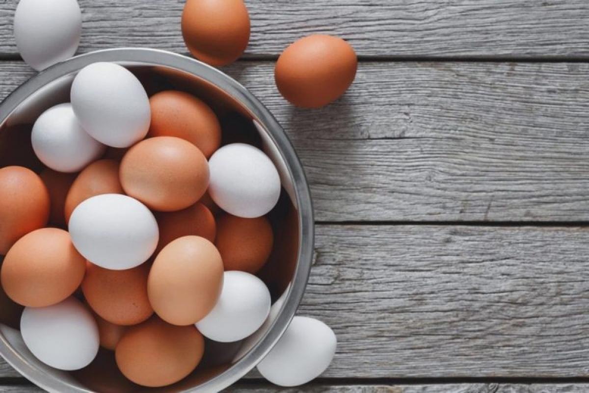 Thực phẩm giàu vitamin B12: Sau tuổi 50, tính axit của dạ dày sẽ giảm đi, khiến việc hấp thu vitamin B12 trở nên khó khăn hơn. Vitamin B12 có vai trò quan trọng trong việc duy trì hệ thần kinh và trao đổi chất khỏe mạnh. Người qua tuổi 50 nên bổ sung vitamin B12 qua các thực phẩm như thịt, trứng, sữa và hải sản.