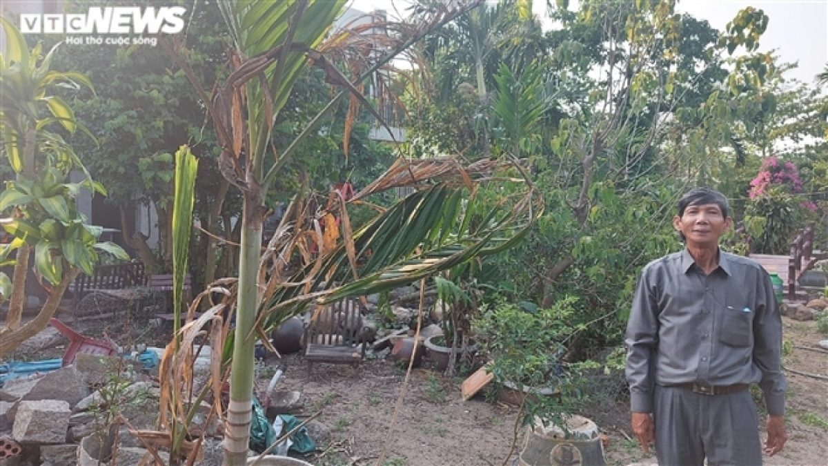 Ông Nguyễn Văn Côi bên khu đất bị UBND quận Sơn Trà ra quyết định thu hồi.
