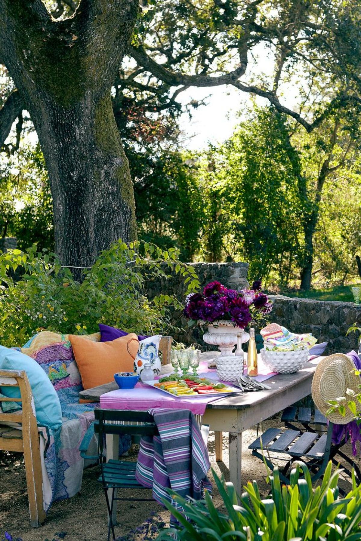 Không gian ngoài trời: Còn gì tuyệt vời hơn nếu bạn kiến tạo một góc riêng để thư giãn, đọc sách ngoài trời. Đó là bộ bàn ghế giữa vườn cây, ô to để che nắng giữa vườn cây mùa hè đầy hoa lá.