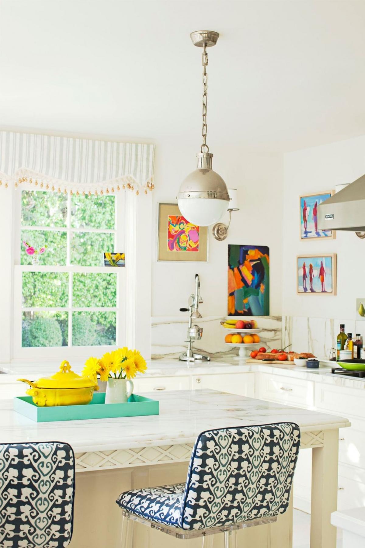 Hoạ tiết: Đặc trưng của mùa hè là sự vui tươi, rực rỡ bởi vậy bạn có thể nhấn nhá hoạ tiết vào trong căn nhà: chiếc ghế có hoạ tiết độc đáo, tranh treo tường, các món đồ trong bếp có màu sắc nổi bật...