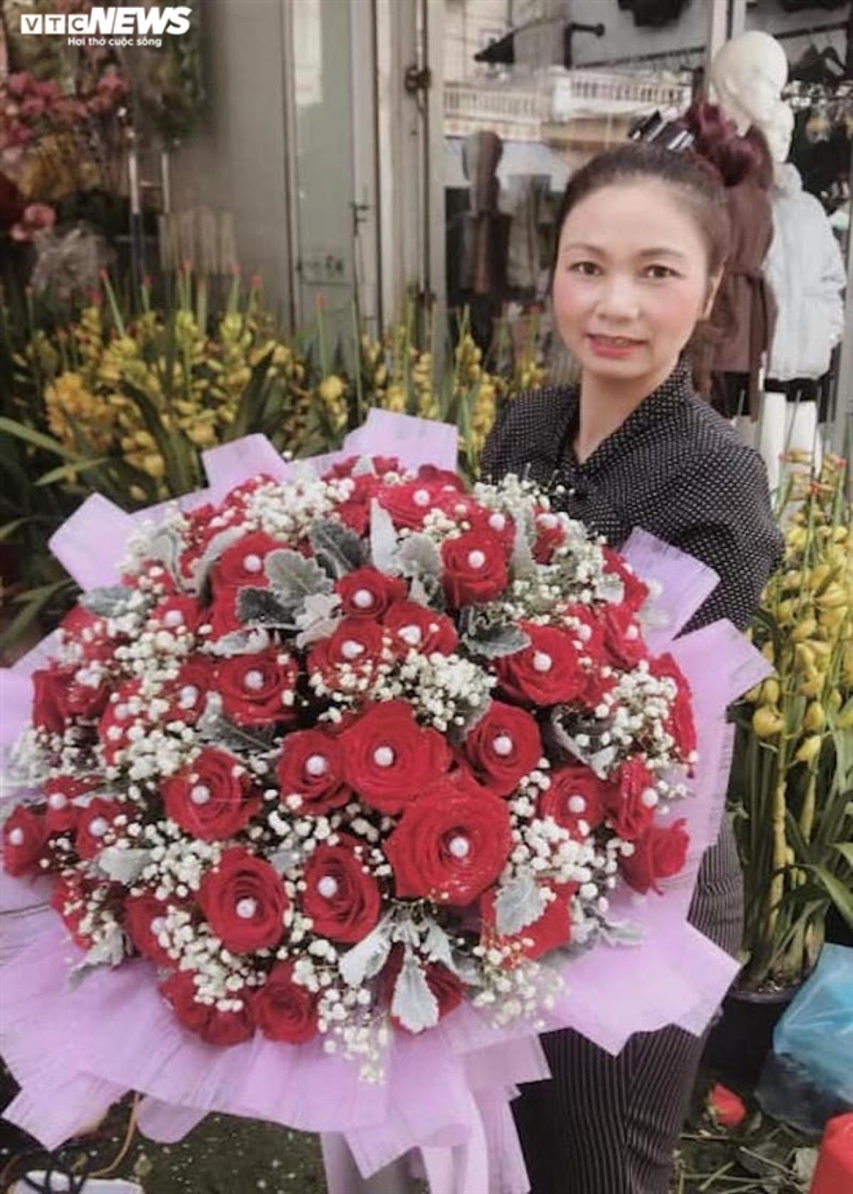 Chị Hà và bó hoa 8/3 chuẩn bị gửi cho khách.