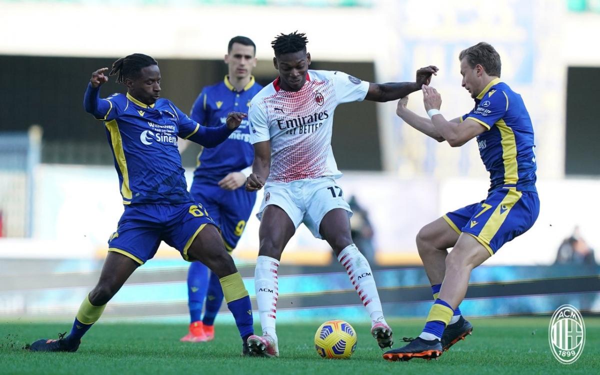 Chiến thắng 2-0 trước Verona giúp AC Milan tiếp tục đứng nhì Serie A và tạm thời rút ngắn cách biệt với ngôi đầu của Inter Milan xuống còn 3 điểm, nhưng chơi nhiều hơn 1 trận.