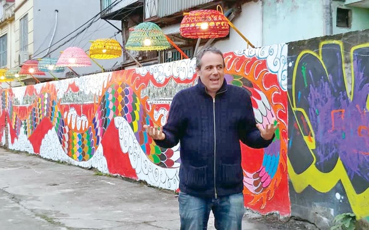 Diego và tác phẩm của ông ở không gian nghệ thuật cộng đồng Phúc Tân.