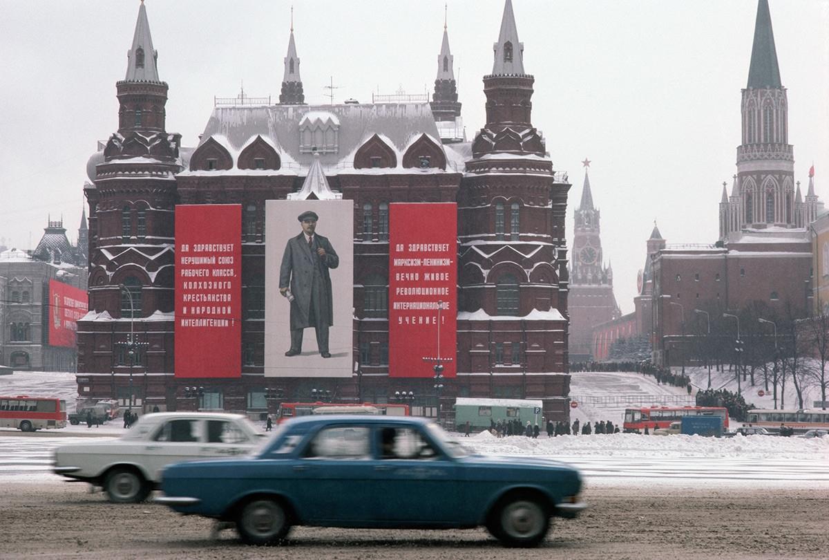 Các khẩu hiệu của Lenin treo trên Bảo tàng Lịch sử Quốc gia ở phố Mokhovaya.