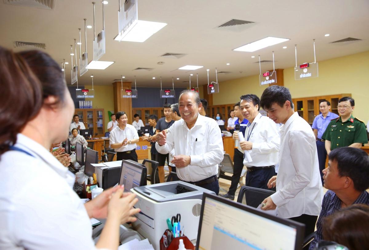 Phó Thủ tướng Thường trực Trương Hòa Bình kiểm tra công tác CCHC tại Vĩnh Phúc. Ảnh: VGP/ Lê Sơn.