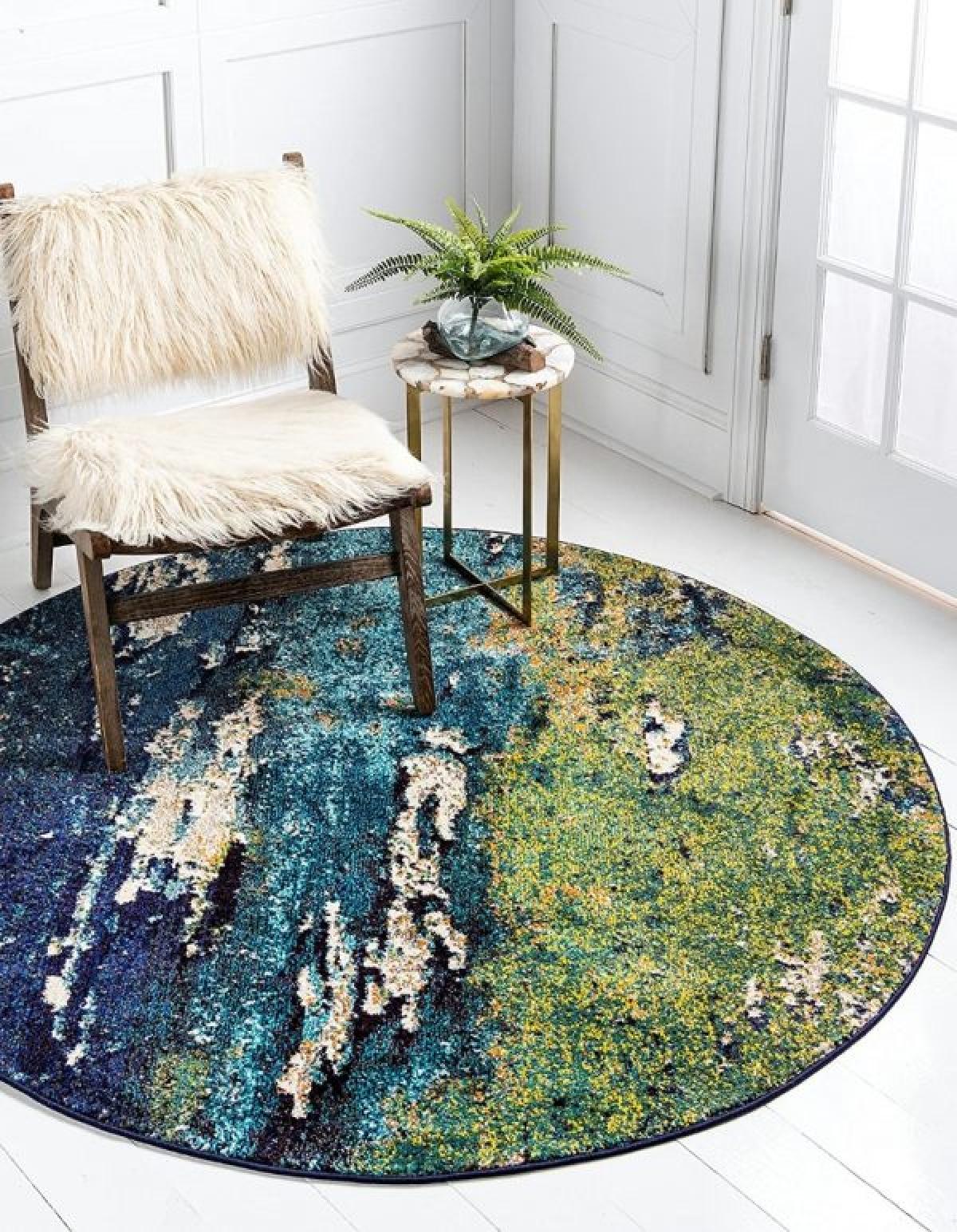 Hoạ tiết trừu tượng của tấm thảm lấy cảm hứng từ thế giới tự nhiên và khiến chúng thành điểm nhấn sinh động trong căn phòng.
