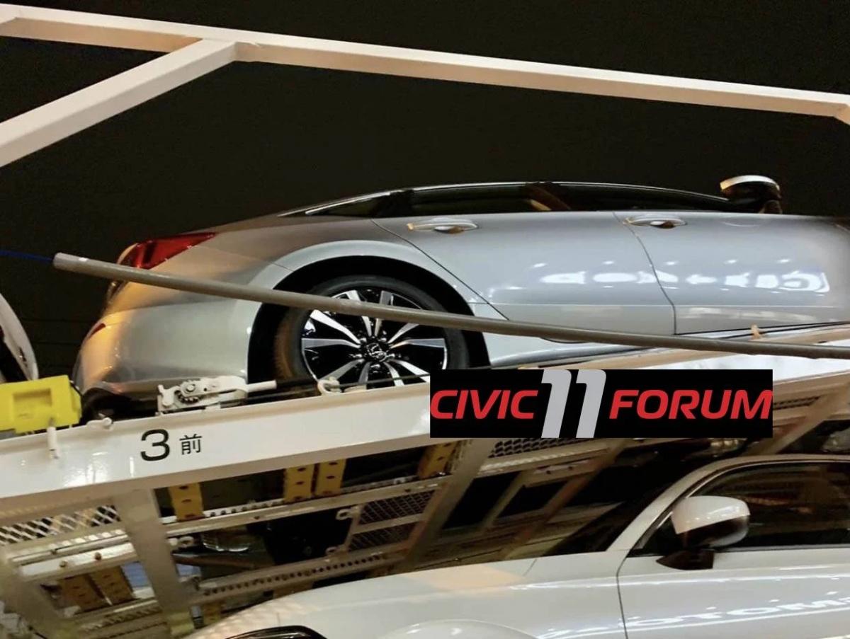 Hiện vẫn chưa có bất kỳ bức ảnh nào về nội thất của Honda Civic 2022, dù có thể sẽ giống với nội thất của mẫu Prototype, có bảng điều khiển ngang rộng, màn hình nổi, cửa gió điều hòa cách điệu và bảng điều khiển khí hậu ba nút xoay. Mẫu Civic hoàn toàn mới dự kiến sẽ được bán tại Mỹ vào cuối mùa xuân năm nay, sau đó là các thị trường lớn như Trung Quốc.