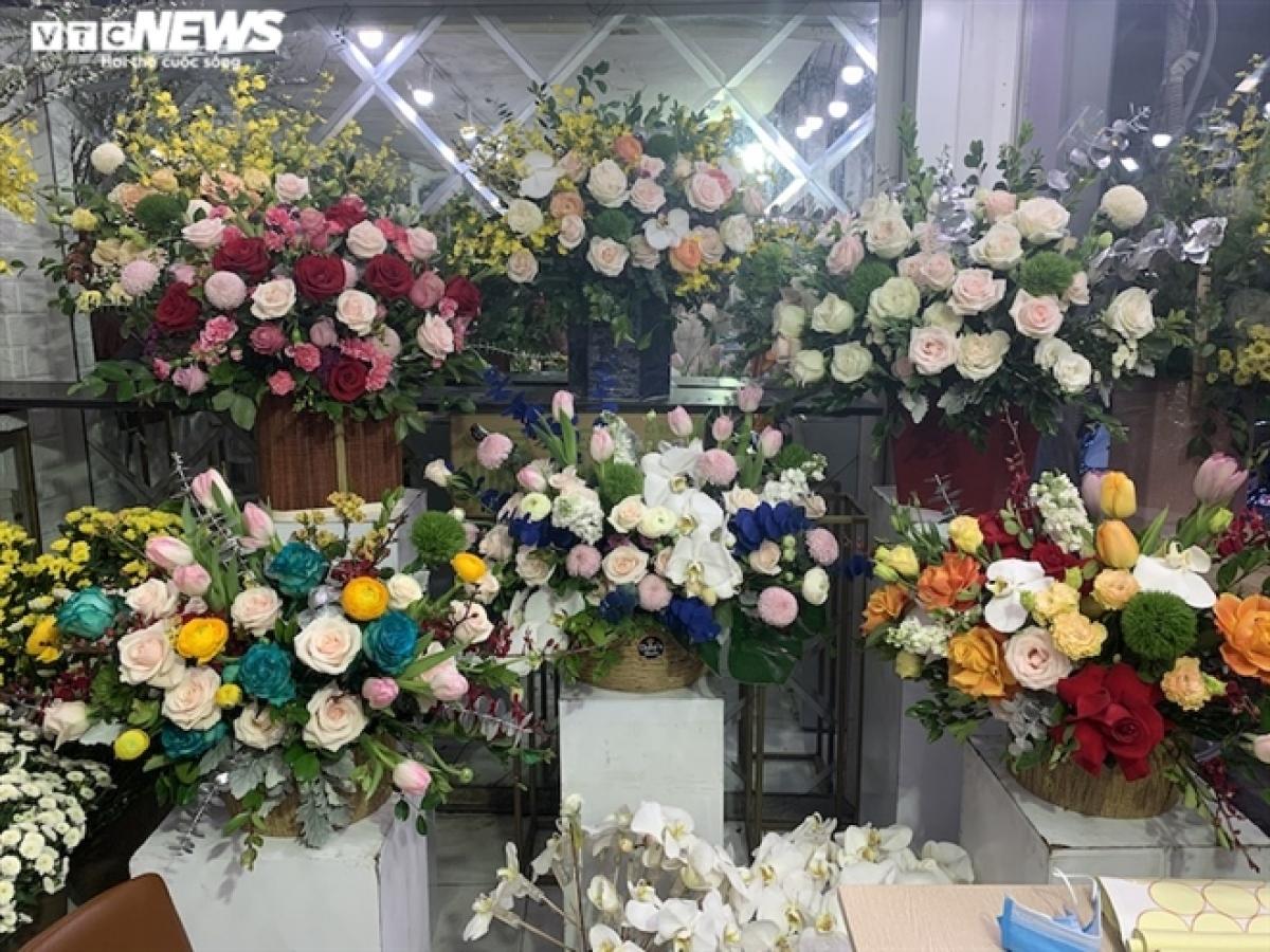Những lăng hoa có giá vài triệu đồng được bày biện từ trong nhà...