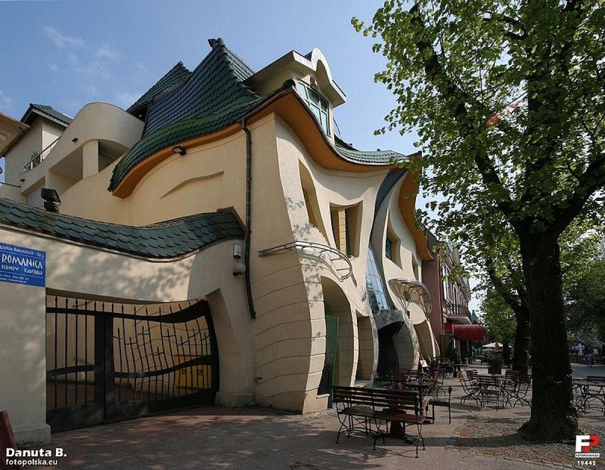 Tòa nhà gợn sóng này là một phần của trung tâm mua sắm ở Sopot, Ba Lan.