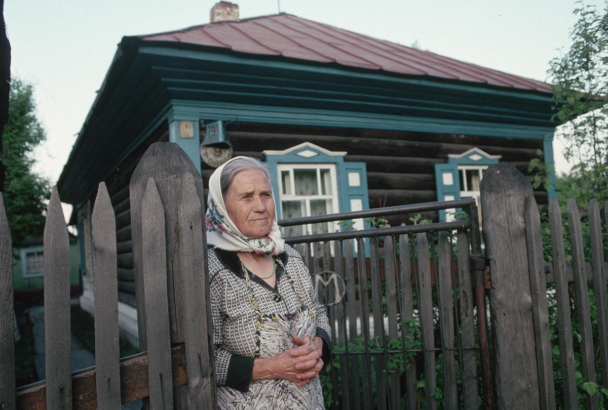 Một phụ nữ Siberia ở cổng trước nhà bà.