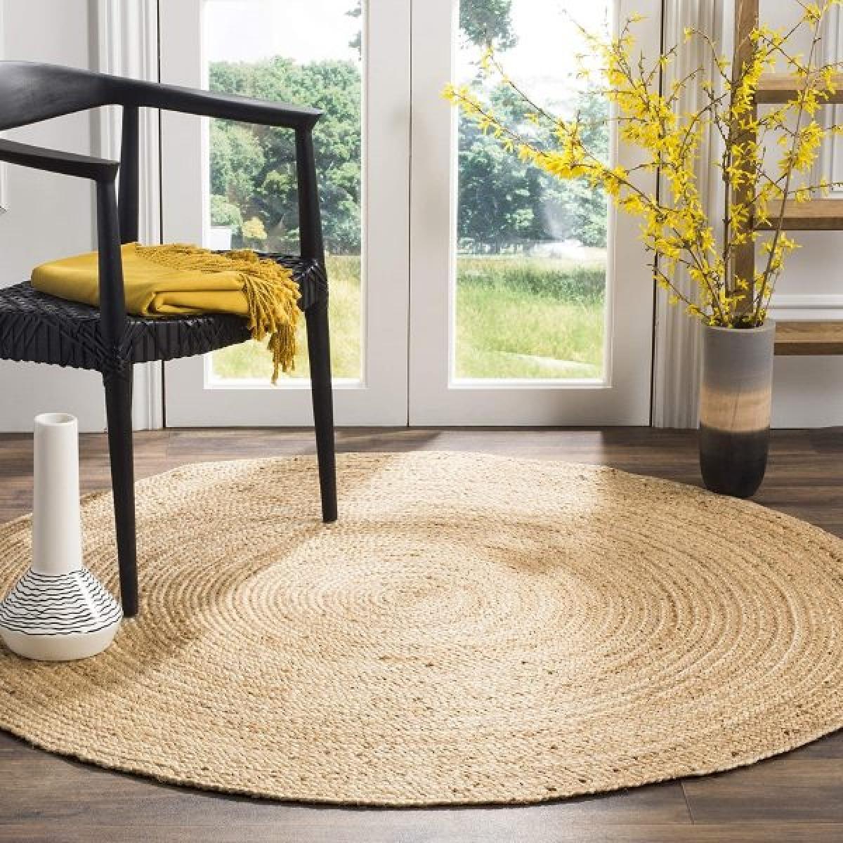 Tấm thảm cói có giá thành vừa phải, mộc mạc, hoà hợp với các căn nhà ở đồng quê hoặc homestay.