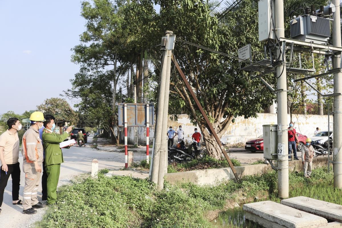 Cơ quan chức năng khám nghiệm hiện trường tại trạm biến thế xã Thanh Luông (huyện Điện Biên)