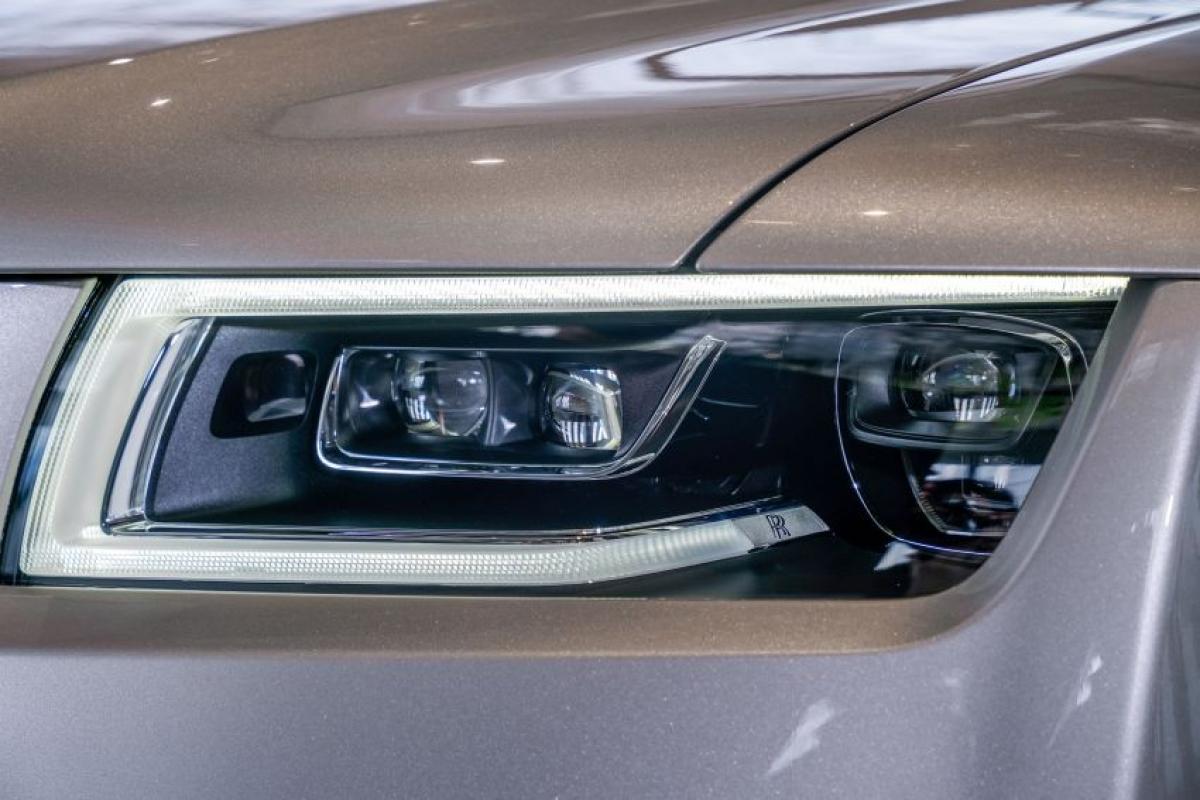 Đèn pha hình chữ nhật và đèn hậu gần vuông làm nổi bật chiều rộng của xe, tăng gần 30 mm, đèn pha sử dụng công nghệ laser và đèn ban ngày chữ C dạng LED.