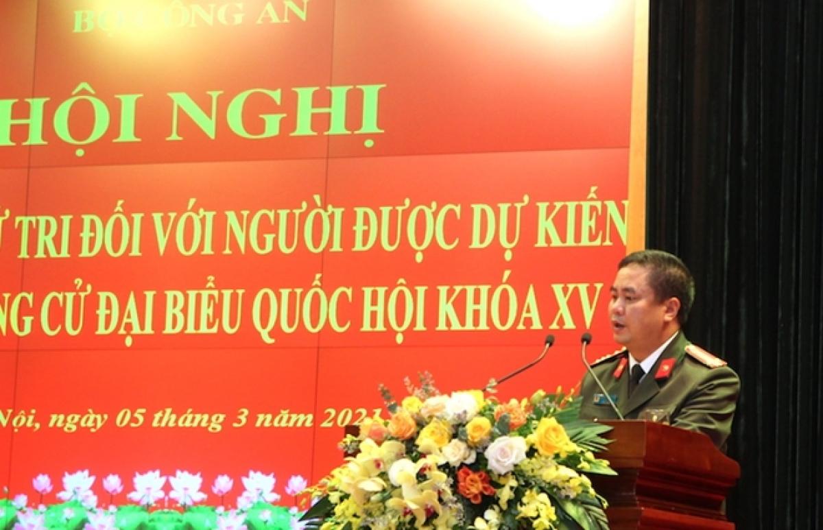Đại tá Phạm Công Nguyên, Cục trưởng Cục Pháp chế và cải cách hành chính, tư pháp đại diện đơn vị có người được ứng cử ĐBQH phát biểu tại hội nghị.