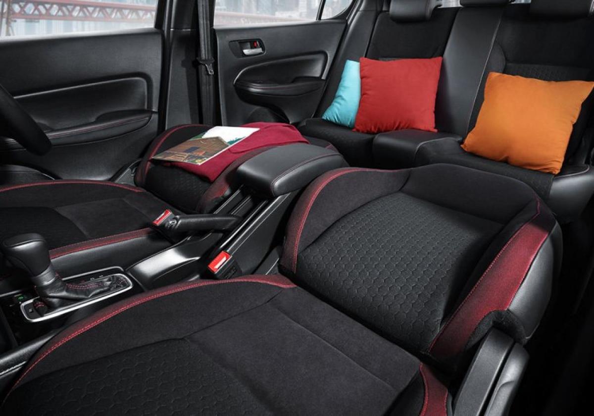 Chiếc City Hatchback phiên bản RS có nội thất với 2 màu đỏ và đen làm chủ đạo, tạo sự tương phản, tăng tính thể thao của chiếc xe. Màu sắc được thể hiện trên bảng điều khiển AC, chỉ khâu trên vô lăng bọc da và cần số cũng như trên cụm công cụ. Ghế Ultra Seat của Honda cũng được xuất hiện cho phép tạo ra vô số cấu hình ghế khác nhau để tối ưu hóa sự thoải mái và thiết thực cho khách hàng.