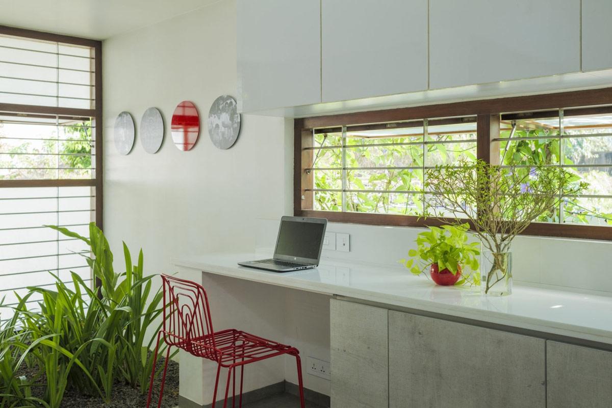 Giống như không gian chung, gạch lát sàn kẻ sọc cũng tạo nên màu sắc chủ đạo cho từng căn phòng ngủ. Giường ngủ và ghế cùng tông màu vàng làm tăng cảm giác tươi sáng cho căn phòng.